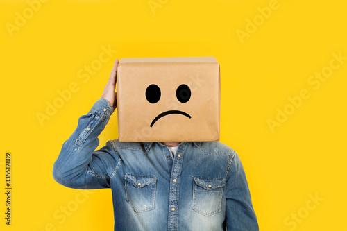 Stampa su Tela Hombre con caja de cartón en la cabeza con gesto pensativo y mano en la cabeza sobre fondo amarillo liso brillante aislado