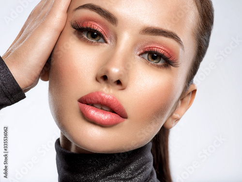 Fotomural Portrait of beautiful young woman with bright pink makeup