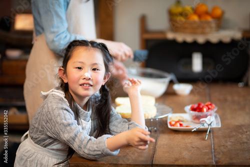 Obraz 自宅でケーキを作る母と娘 - fototapety do salonu