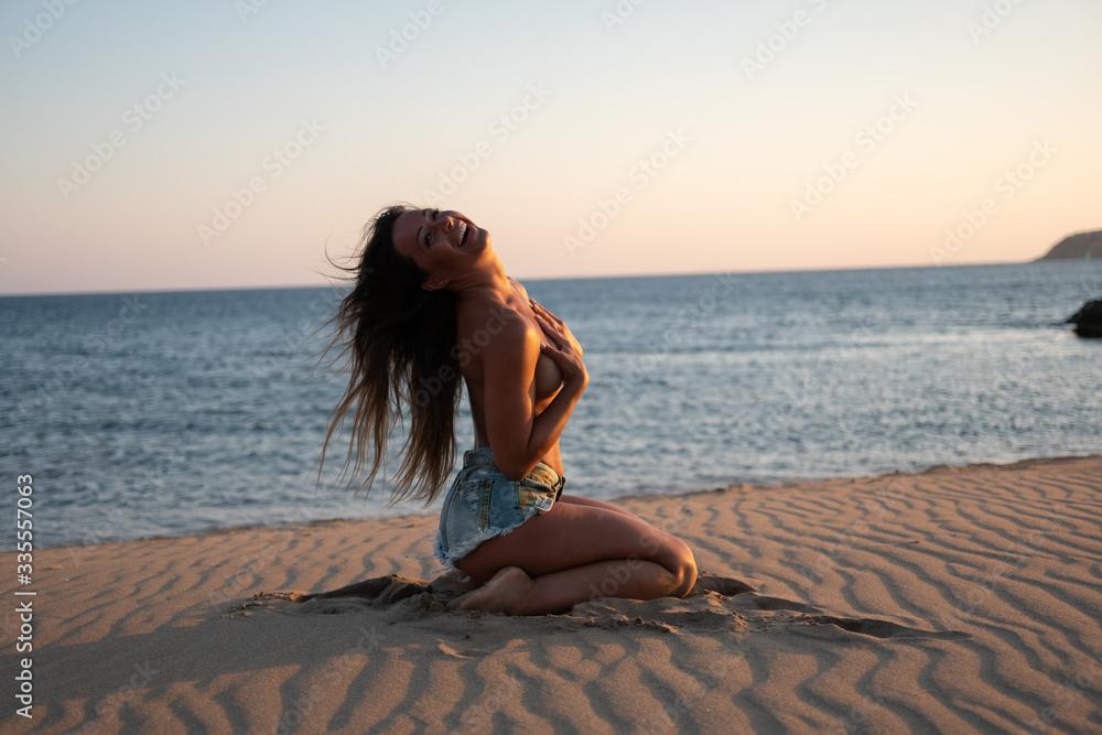 Fototapeta Piękna modelka skąpana w słońcu