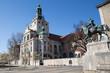 München, Deutschland: Das Reiter Denkmal Prinzregent Luitpold beim Bayerischen Nationalmuseum mit europäischer Kunst und Sammlungen Schätzen der Wittelsbacher