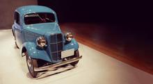 青い車体のクラシック...