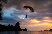 Paracaidista Aterrizando En Un...