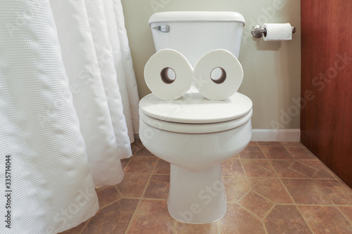 Fotografía Toilet paper face formed with two toilet paper rolls on a toilet lid mouth