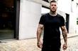 canvas print picture - Portrait eines tätowierten Mannes im schwarzen T-Shirt