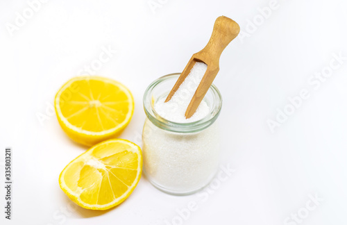 Photo Citric acid on a white isolated background. Selective focus.