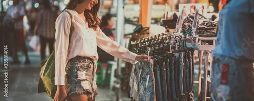 Traveler woman in shopping street market Fototapete
