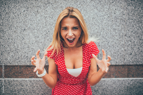 Photo Half length portrait of angry female with expression grimace on face screaming a