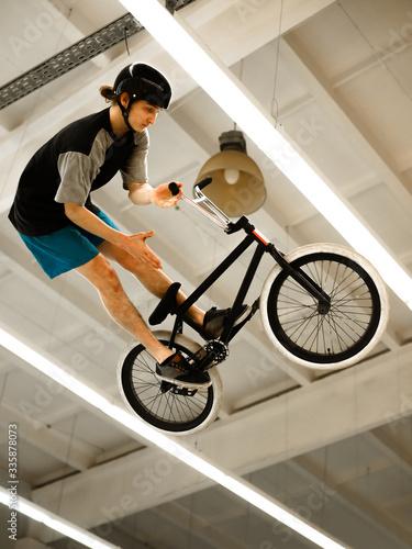 Foto BMX Rider Doing Extreme Tricks on Bike in the Skatepark