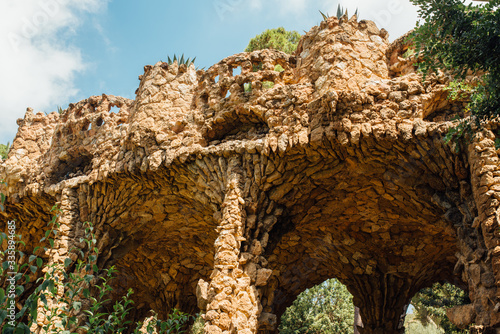 Carta da parati Caves and colonnades in Parc Guell Barcelona