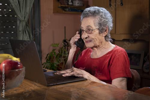 Adulto mayor en videollamada por la cuarentena aplicada en Argentina debido al C Canvas Print