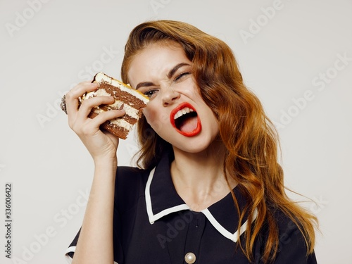 young woman eating a sandwich Canvas-taulu