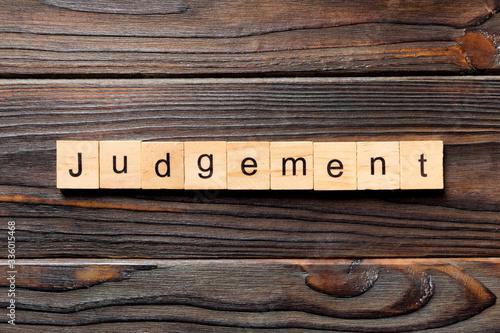 Fotografía judgement word written on wood block