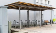 Zadaszony Parking Rowerowy.  Puste Miejsca Parkingowe. Infrastruktura Miejska. Ekologiczny Transport. Konstrukcja Metalowa. Kolory Szarosci.