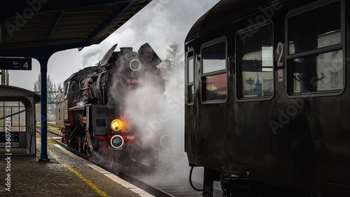 Obraz na plátně Lokomotywa parowa podczas manewrów na peronie  stacji kolejowej