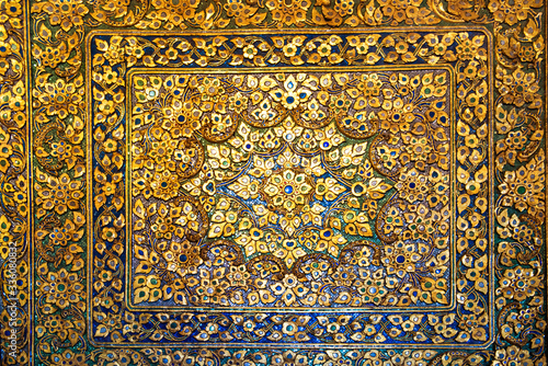 Metal bronze surface with floral ornament with many elements and and mother-of-p Canvas-taulu