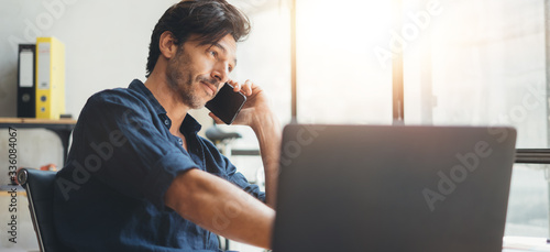 Fotomural Man speaking on phone at bright office
