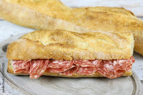Stampa su Tela sandwich au saucisson sec sur une table