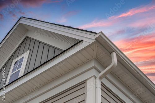 White frame gutter guard system, with gray horizontal and vertical vinyl siding Fotobehang