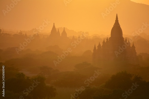 bagan at sunrise bagan myanmar Fototapet