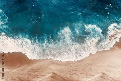 widok-z-lotu-ptaka-na-blekitne-fale-oceanu-na-plazy-piekna-piaszczysta-plaza-z-blekitnym-morzem-samotna-piaszczysta-plaza-z-pie