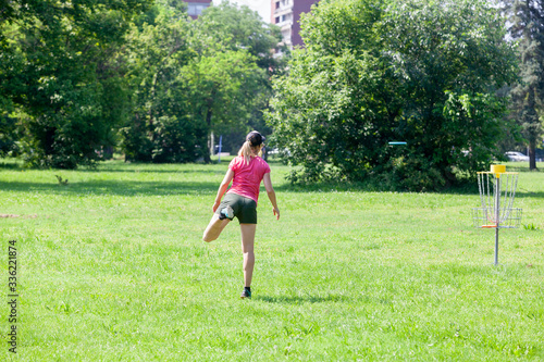 Photo Young woman playing flying disc sport game in the park