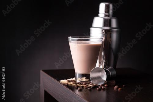 Photo Irish cream cocktail on a bar counter