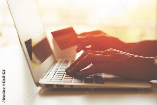 Papel de parede Online shopping concept,Hand holding a credit card and using laptop