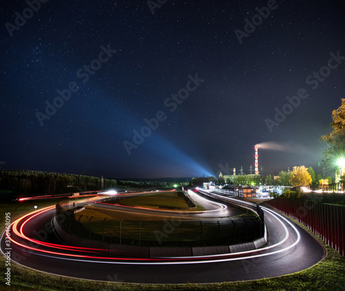 Cuadros en Lienzo Night racing track with light trails on the racing circuit