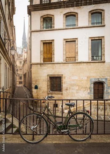 Plakaty rowery  rower-oparty-o-szyne-w-mglisty-poranek-w-paryzu-we-francji