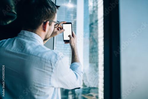 Fototapeta Man taking picture of office building obraz