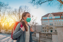 Kind Mit Maske Geht Zu Schule