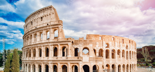 Photo Ancient ruins Colosseum Rome, Italy, background blue sky with clouds, sunset lig