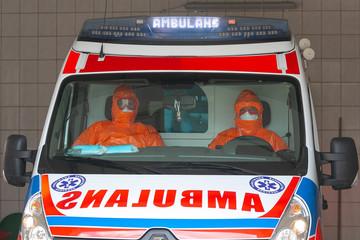 Karetka pogotowia z ratownikami zabezpieczonymi przed koronawirusem