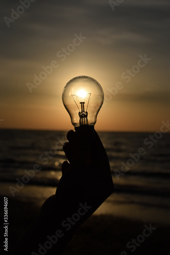 Photo Light bulb as a source of light near the sea