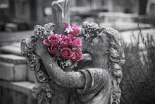 Estatua En El Cementerio Con R...
