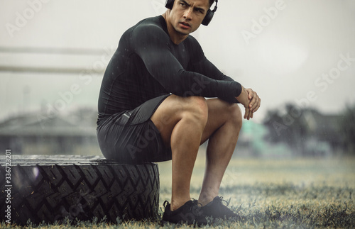 Fotomural Fit young man taking rest from cross training