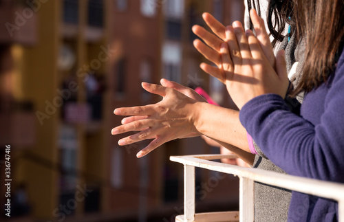 Photo Woman hands applauding medical staff from their balcony