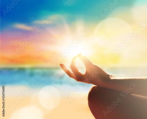 Fotografia Yoga, meditation and healthy lifestyle. Sunset on the beach.