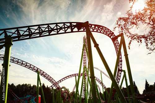 Photo Roller coaster silhouette at sunset in an amusement park