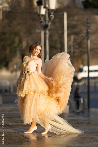 Fotomural GIRL IN BEAUTIFUL BEIGE DRESS escapes from coronovirus