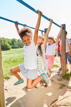 Sportliche Mädchen Hangeln An Klettergerüst