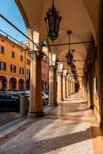 Bologna Centro Storico Reportage Abbandonata Antica Solitudine Medioevo Giornata Di Sole Strade Città Portici Pavimento Veneziana Via Montegrappa Lampioni Ferro