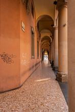 Bologna Centro Storico Reportage Abbandonata Antica Solitudine Medioevo Giornata Di Sole Strade Città Portici Pavimento Veneziana Via Indipendenza Angolo Smussato