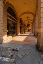 Bologna Centro Storico Reportage Abbandonata Antica Solitudine Medioevo Giornata Di Sole Strade Città Portici Orologio Appeso Pavimento Veneziana Via Ugo Bassi