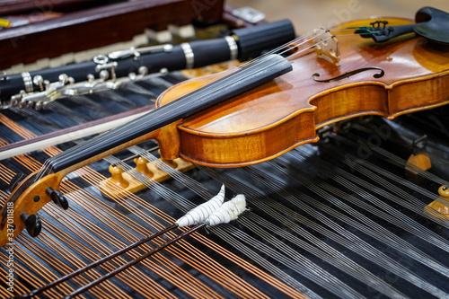 Tablou Canvas Antique violin and violin bow lying on dulcimer