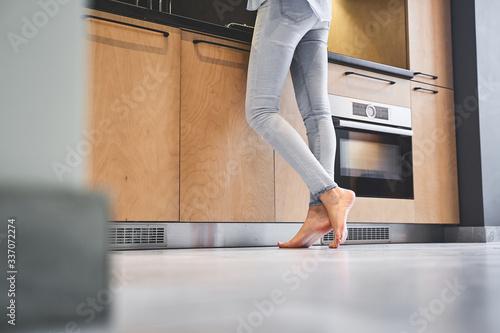 Fotomural Slim Caucasian female cook at the countertop