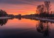 Wschód Słońca nad zalewem