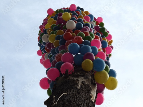 Photo Down view of a decorated tree with colorful balloons