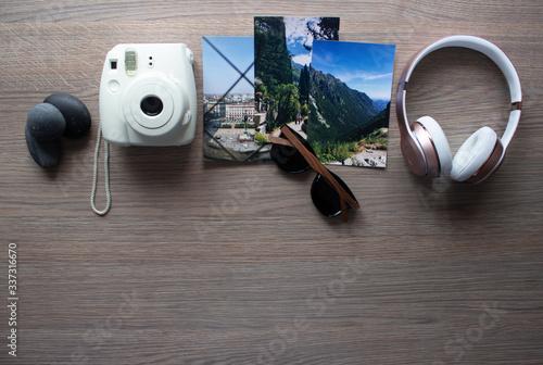 Obraz Kącik relaksu i wspomnień ze zdjęciami z wakacji. - fototapety do salonu